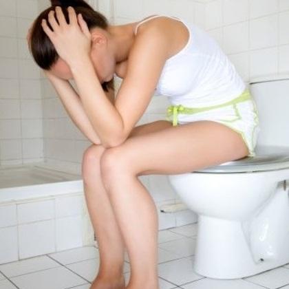 Женщина  грустит на туалете