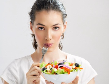 Женщина с салатом