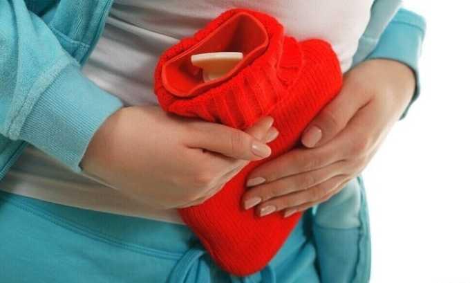 Снять симптомы заболевания можно с помощью грелки, тепло устраняет спазмы, которые и вызывают неприятные ощущения