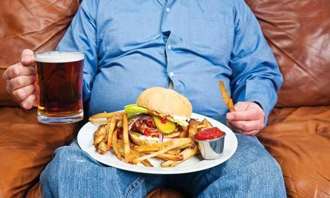 Злоупотребление алкоголем и острой пищей приводит к циститу