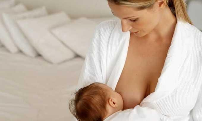Если лечение женщины проводят в период грудного вскармливания, то младенца переводят на искусственные рационы, но применяют препарат под строгим врачебным контролем