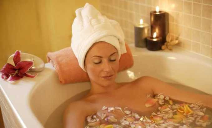 Горячие ванны снимают болезненные симптомы у девушек, однако принимать их допустимо только после разрешения врача
