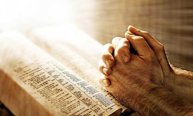 Прежде чем приступить к проведению ритуала, следует прочитать молитву. Подойдет любая, например