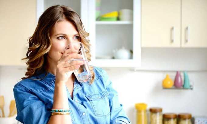 Следует пить больше жидкости. Помимо питьевой воды, можно употреблять компоты из сухофруктов, морсы из клюквы или брусники
