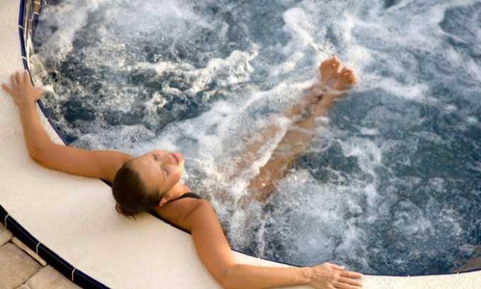 При необходимости прогревания нельзя принимать горячую ванну