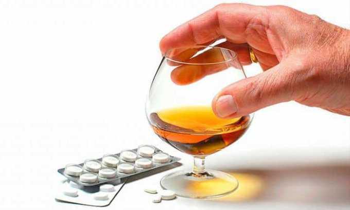 Употреблять алкогольные напитки в течение курса лечения антибиотиком категорически противопоказано