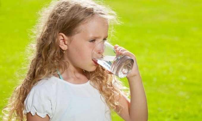 Частые мочеиспускания могут возникать из-за большого количества воды, потребляемой в течение дня