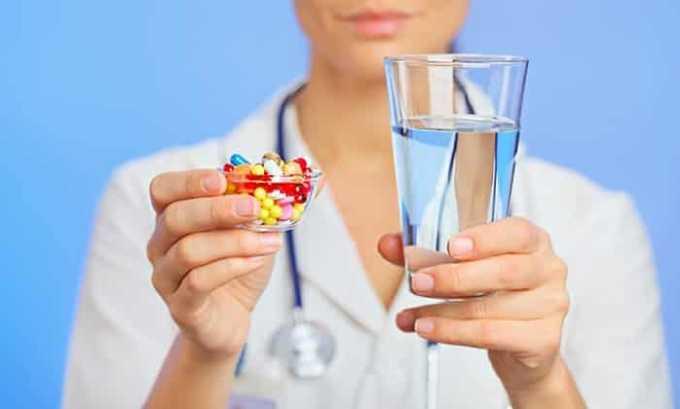 Нередко к возникновению симптомов приводит лечение сторонних патологий антибиотиками
