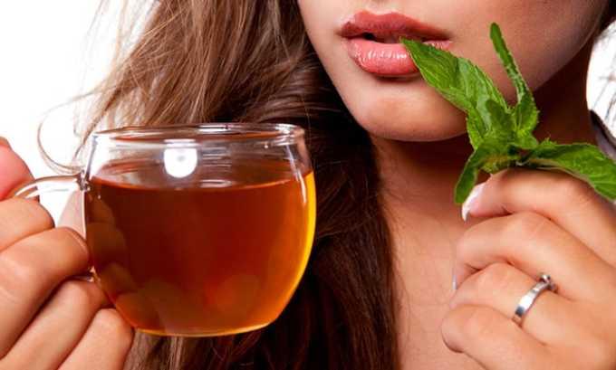 Эффективными будут лечебные травяные отвары и настои, соки овощей, натуральные морсы