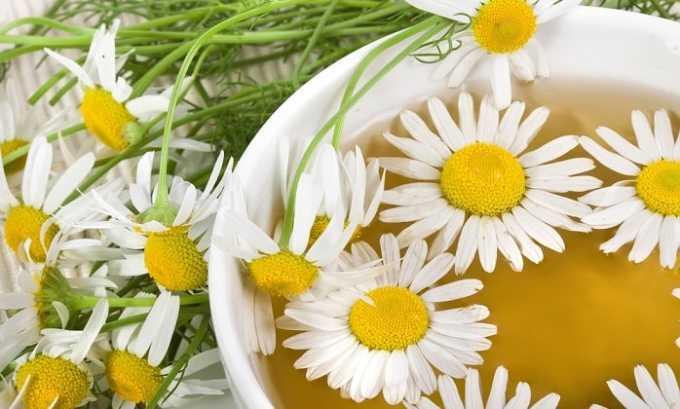 Для приготовления напитка используют календулу, ромашку, шиповник и т. д. 1 ч. л. растения необходимо залить стаканом кипятка и настаивать в течение получаса