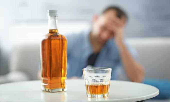 Совмещение препарата с алкоголем повышает риск развития выраженных побочных эффектов