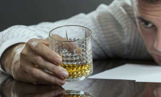 С осторожностью медикаментозное средство необходимо принимать людям с алкогольной зависимостью