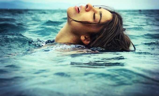 Во время купания снижается температура тела, соответственно, снижается иммунитет, и активизируется патогенная микрофлора