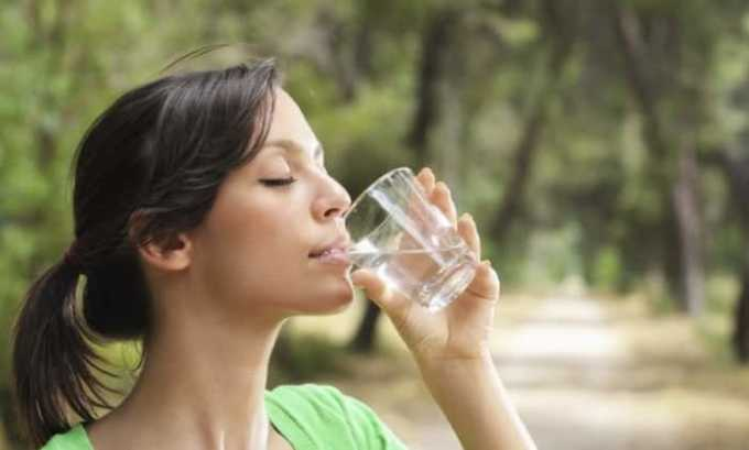 За 1,5-2 часа до процедуры нужно выпить 1,5-2 л негазированной воды