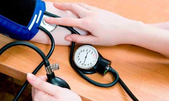 При длительном и бесконтрольном применении появляются такие симптомы как снижение артериального давления