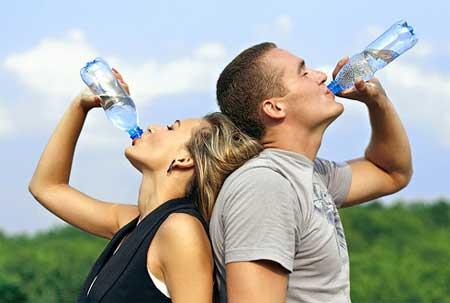 Пьют минеральную воду