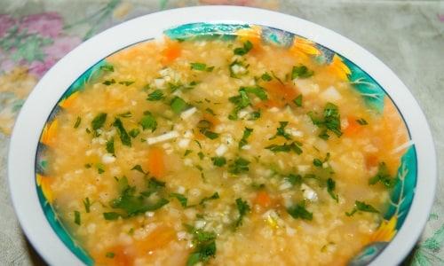 Суп из пшена не содержит мяса, но богат необходимой организму клетчаткой