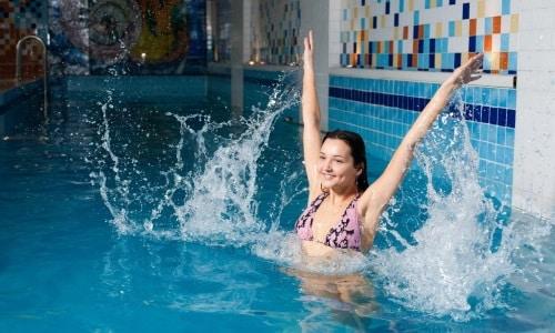Перед тем как окунуться в бассейн, нужно подмыться с мылом и принять горячий душ
