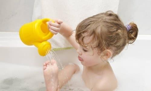 Для детей допустимо делать ванночки комфортной температуры с добавлением слабого раствора марганцовки либо отвара календулы, ромашки, чистотела