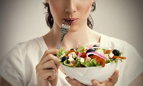 Лечить цистит с кровью допустимо и при помощи диеты, правильное питание позволит препаратам устранить бактерии, не раздражая стенки мочевого пузыря
