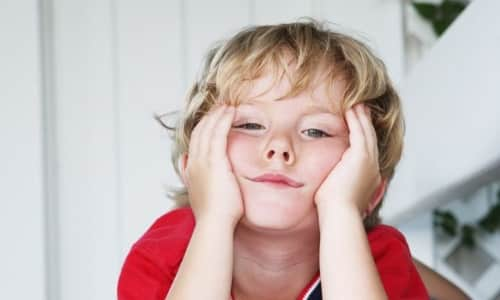 При остром течении воспаления ребенок становится вялым и апатичным, у него повышается температура и пропадает аппетит