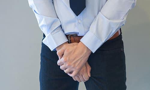 Симптомы цистита и уретрита схожи - больной испытывает дискомфорт в паховой области, ощущает боль и резь при мочеиспускании
