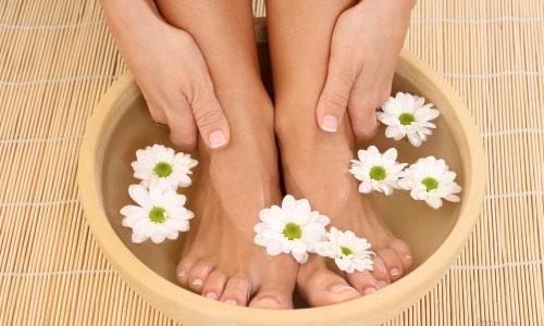 Ванночки для ног рекомендуется принимать в качестве дополнительной обезболивающей процедуры