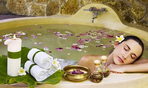 Эффективным лечением цистита с кровью считается применение теплых ванночек с целебными растениями