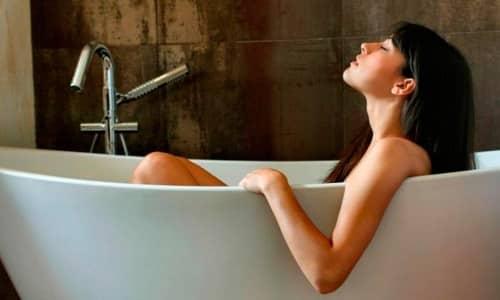 Раствор для сидячей ванночки готовят из 2 л горячей воды и 1 ст. л. порошка бикарбоната натрия