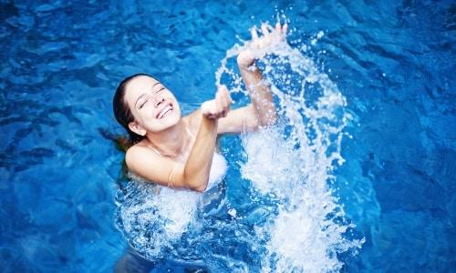 При посещении сауны не рекомендуется нырять в бассейн