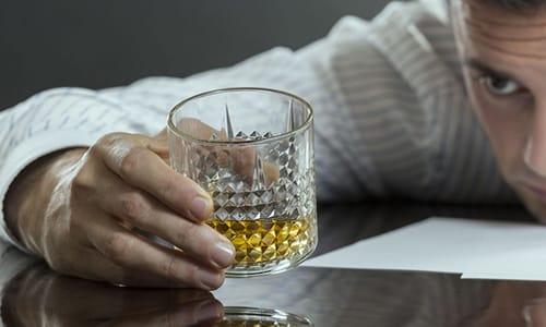 При применении лекарства не стоит одновременно употреблять спиртное
