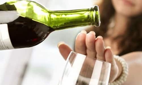 В период антибактериальной терапии рекомендуется воздержаться от употребления алкогольной продукции