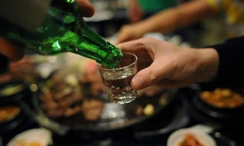 При комбинации спиртосодержащих напитков и Диклофинака - АКОС увеличивается риск развития тяжелых осложнений