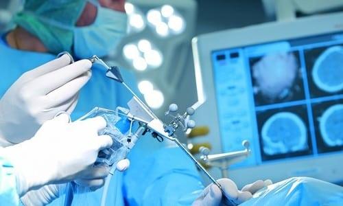 При хирургических вмешательствах, осуществляемых на сосудах, сердце, легких и пищеводе, пациенту вводят внутривенно 1,5 г антибиотика при индукции анестезии