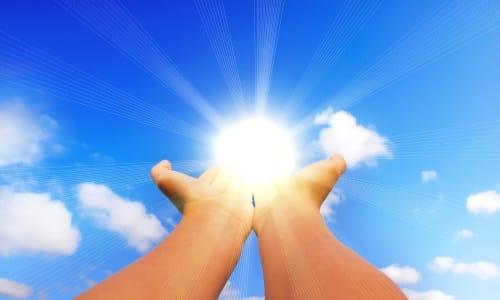 В период медикаментозной терапии рекомендуется не ходить под прямыми солнечными лучами