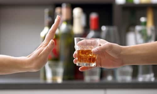 Во время лечения нельзя употреблять спиртосодержащие напитки, в противном случае произойдет усиление побочных эффектов