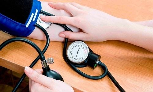 Подавляет активность ренин-ангиотензин-альдостероновой системы, ответственной за изменение артериального давления