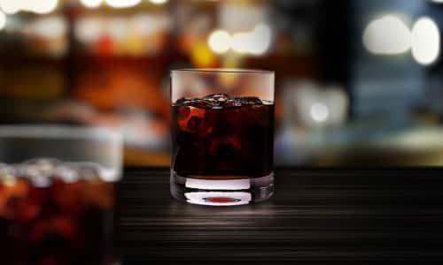 При совместном употреблении препарата с алкоголем могут возникать язвенные поражения ЖКТ