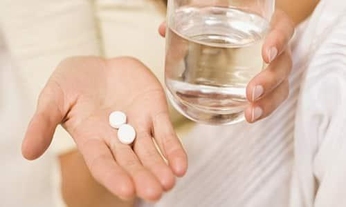 Таблетки нужно проглатывать целиком и запивать при этом большим количеством воды